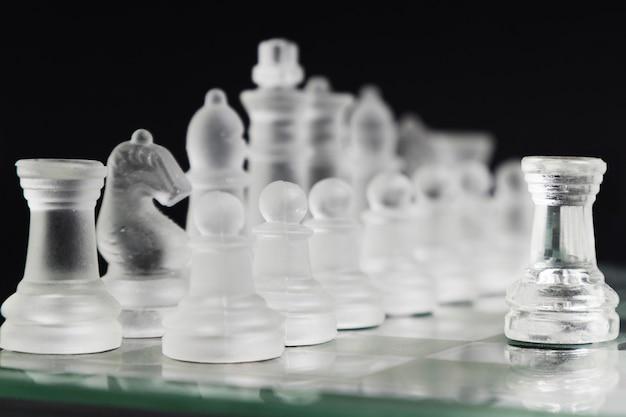 Peças de xadrez transparentes a bordo