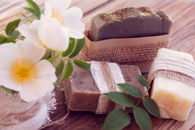 Peças decoradas de vários sabonetes secos com rosas
