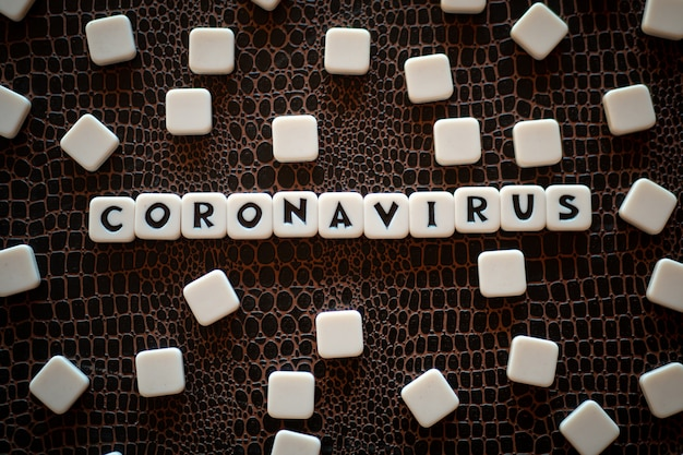 Peças do jogo de palavras cruzadas que formam a palavra