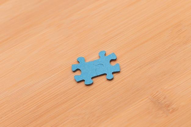 Peças do puzzle na mesa de madeira