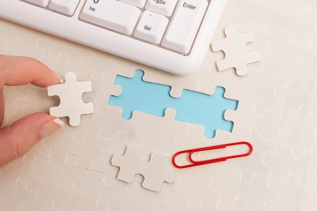 Peças do quebra-cabeça com padrão de serra de vaivém branco de close-up a serem conectadas com a última peça ausente, posicionadas em um fundo plano com diferentes texturas e acessórios de suprimentos