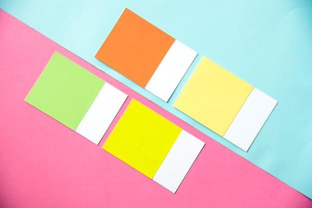 Peças em branco de cartões coloridos