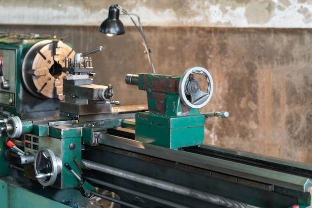 Peças giratórias automotivas - torno de metal é uma ferramenta que gira a peça de trabalho
