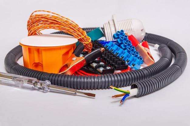 Peças sobressalentes e ferramentas para reparos elétricos
