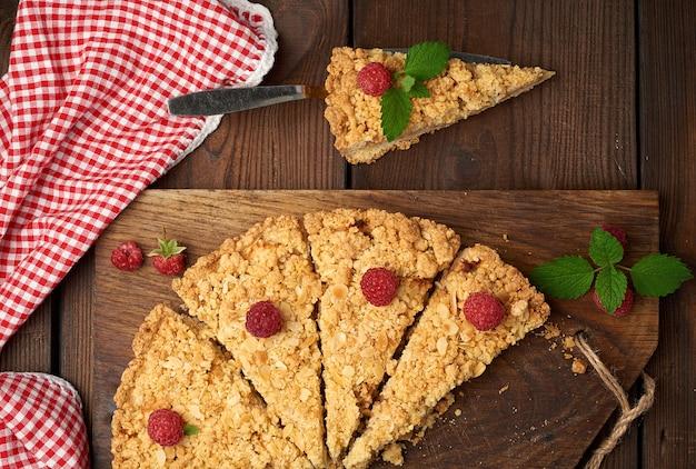Peças triangulares cortadas de torta de crumble com maçãs