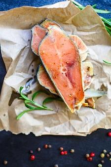 Pedaço de bife cru de salmão rosa, frutos do mar peixe
