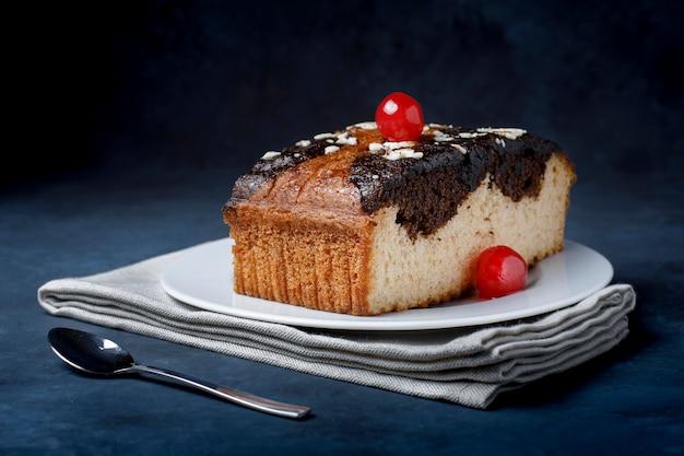 Pedaço de bolo com chocolate e cereja