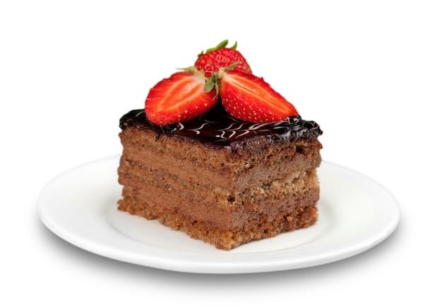 Pedaço de bolo com creme de chocolate isolado no branco