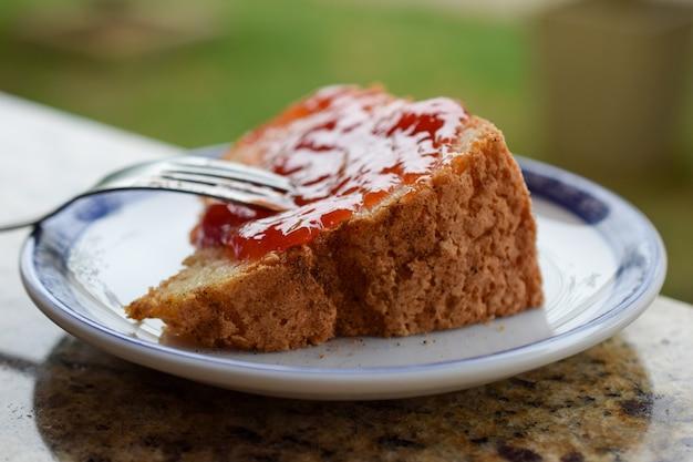 Pedaço de bolo com geléia de goiaba