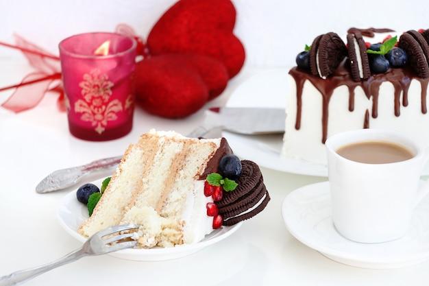 Pedaço de bolo de camada com frutas frescas.