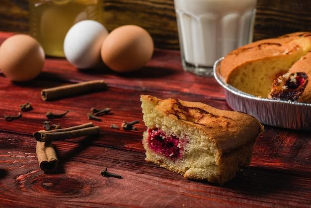 Pedaço de bolo de cereja na mesa de sequóia