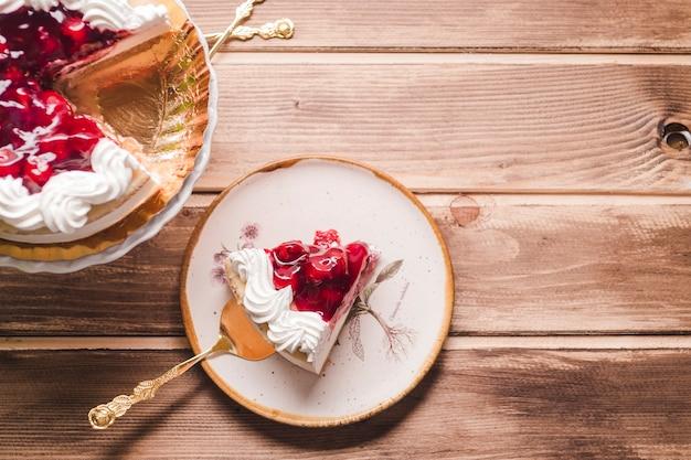 Pedaço de bolo de cereja no pires