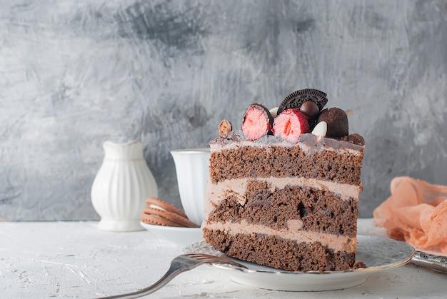 Pedaço de bolo de chocolate em um prato e uma xícara de café