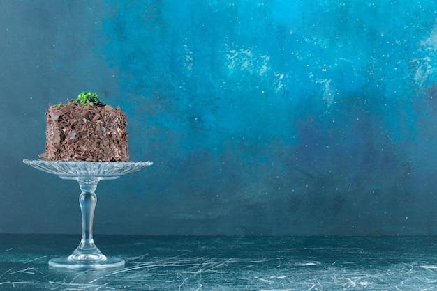 Pedaço de bolo de chocolate na placa de vidro.