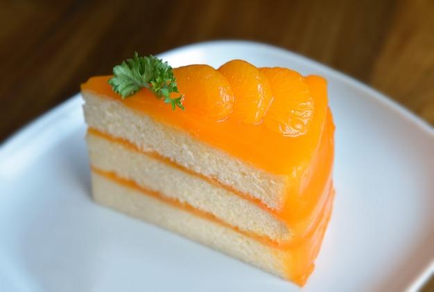 Pedaço de bolo de laranja caseiro