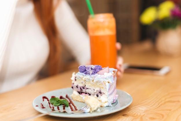 Pedaço de bolo de mirtilo delicioso na placa sobre a mesa