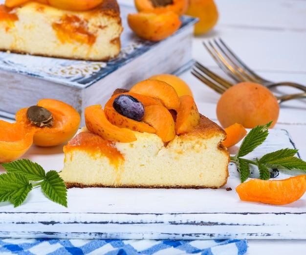 Pedaço de bolo de queijo com damascos