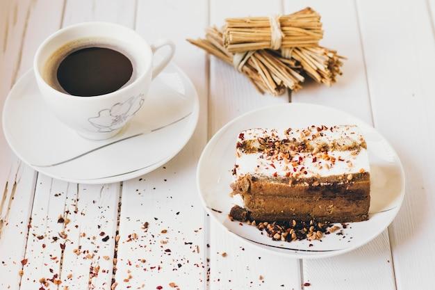 Pedaço de bolo e café