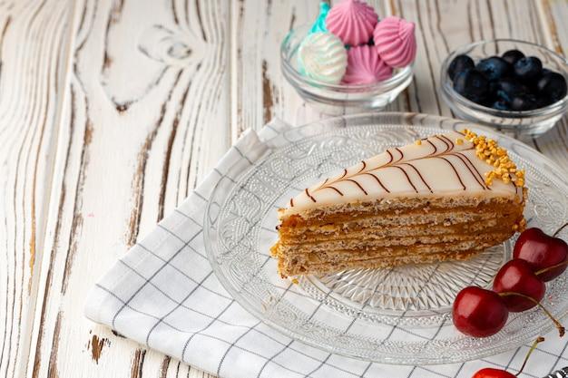 Pedaço de bolo esterhazi decorado com frutas frescas