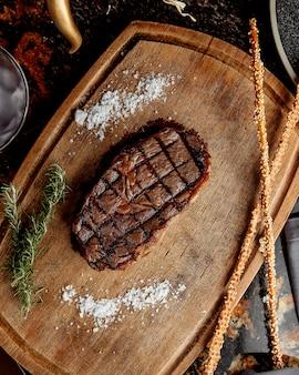 Pedaço de carne assada na mesa de corte