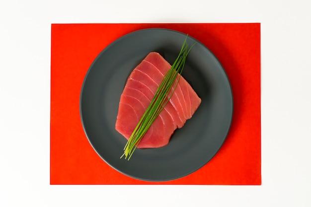 Pedaço de carne crua de atum com cebolinha
