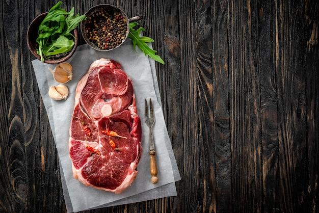 Pedaço de carne de cordeiro crua