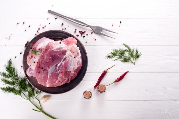 Pedaço de carne de porco fresca no osso