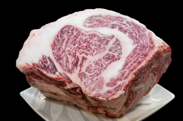 Pedaço de carne japonesa wagyu crua.