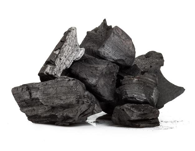 Pedaço de carvão de madeira fraturada isolado