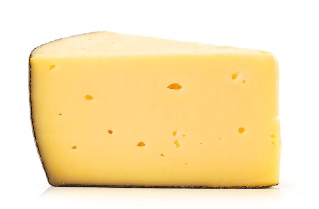 Pedaço de close-up de queijo em um prato branco. isolado