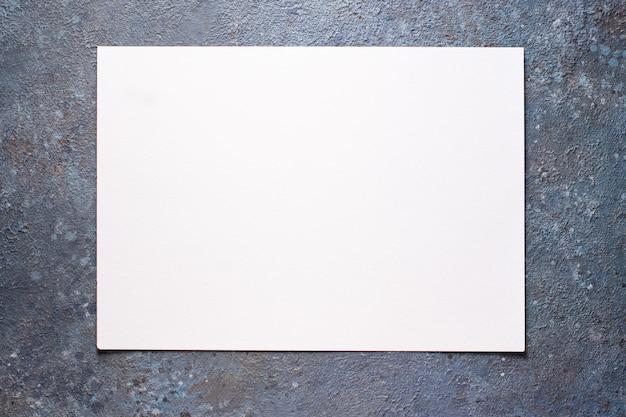 Pedaço de com fundo de folha de papel branco em branco.