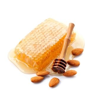 Pedaço de favo de mel. mel com amêndoas nozes. comida saudável. favo de mel.