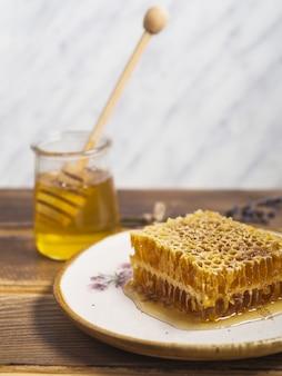 Pedaço de favo de mel na placa