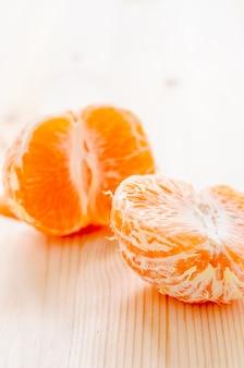 Pedaço de laranja fresca em um fundo de madeira