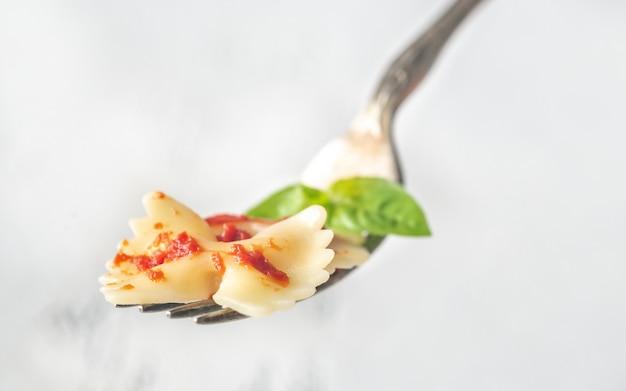 Pedaço de macarrão borboleta em um garfo