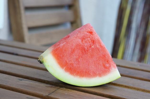 Pedaço de melancia fresca em uma superfície de madeira