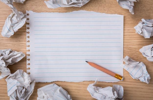 Pedaço de papel com bolas de papel ao redor