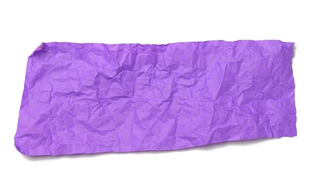 Pedaço de papel de embrulho roxo amassado isolado no fundo branco