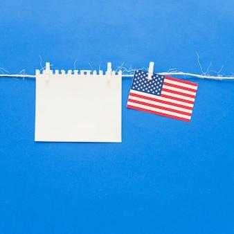 Pedaço de papel em branco e a bandeira do eua