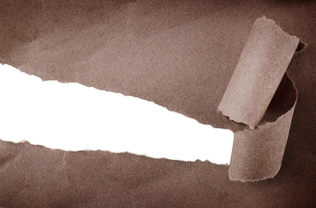 Pedaço de papel pardo rasgado com espaço de cópia isolado
