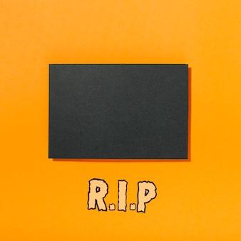 Pedaço de papel preto com inscrição rip abaixo
