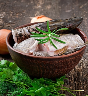 Pedaço de peixe cru fresco na tigela