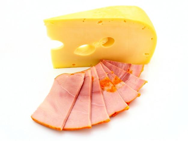 Pedaço de queijo amarelo com um pedaço de carne