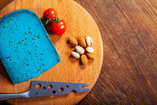 Pedaço de queijo azul na madeira