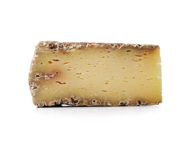 Pedaço de queijo em uma superfície branca