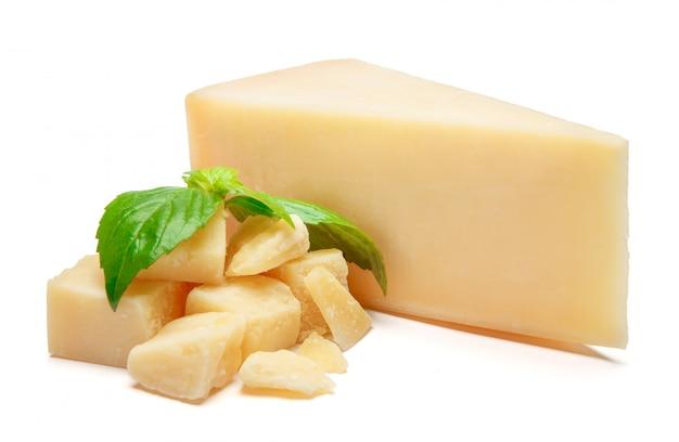 Pedaço de queijo parmesão na mesa branca