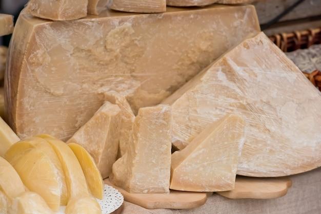 Pedaço de queijo parmesão no mercado ao ar livre