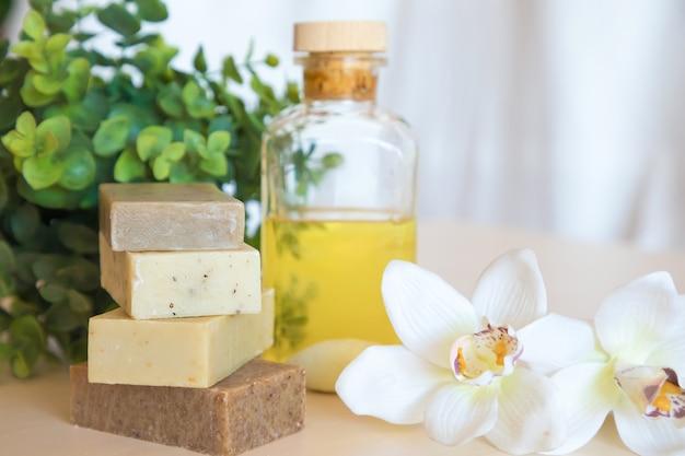Pedaço de sabão natural com óleo