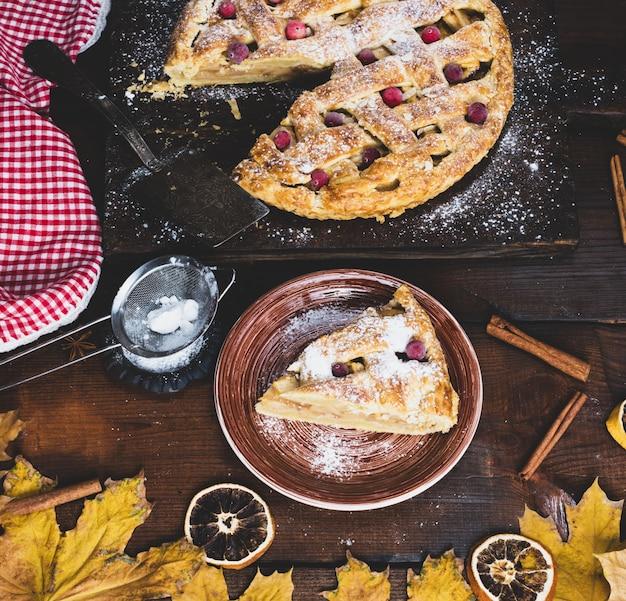 Pedaço de torta de maçã tradicional massa folhada em uma placa cerâmica marrom