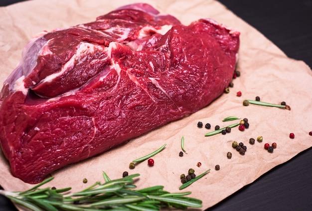 Pedaço fresco de carne em papel kraft marrom